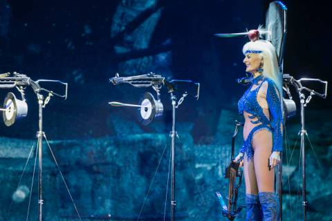 Silvia Silvia utiliza 5 ballestas que ella misma se dispara en dirección de su cabeza, con una ...