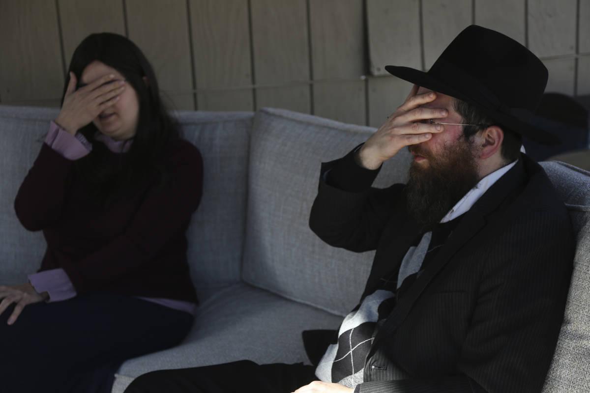 Tzivi Kivman y el rabino Yossi Kivman recitan el Shema, una oración judía, con Michelle y Bob ...