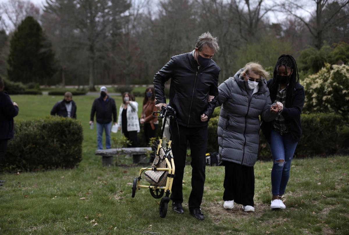Larry Rubin, a la izquierda, y Marcia Tavarez, una cuidadora, a la derecha, ayudan a su madre, ...