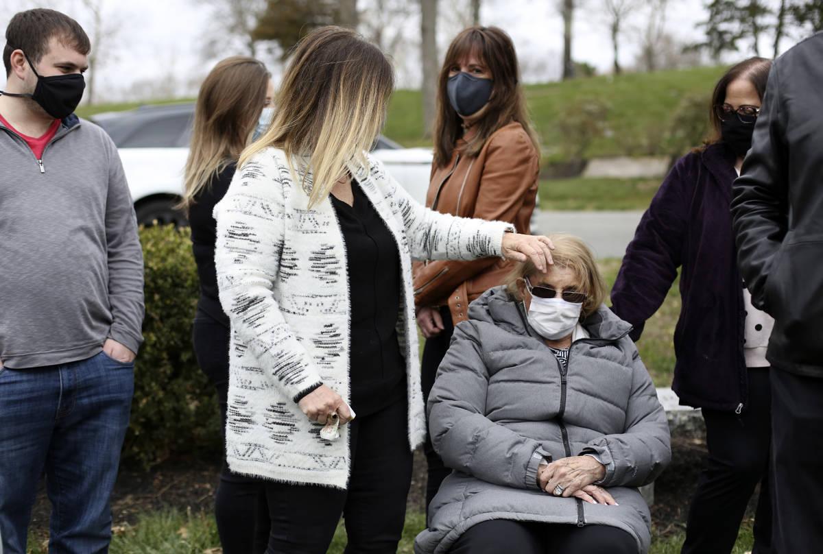 Michelle Pepe utiliza su mano para apartar el cabello de la cara de su madre, Phyllis Rubin, mi ...