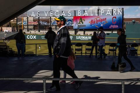 Fans circulan por el estadio mientras los Cleveland Indians y los Oakland Athletics juegan dura ...