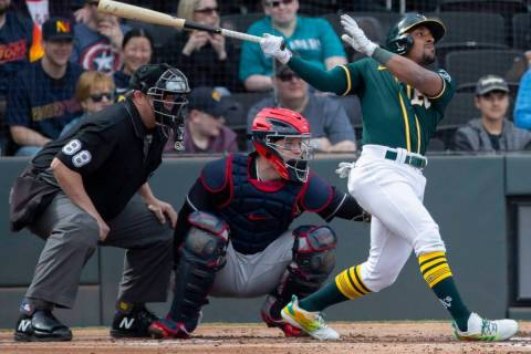 En esta foto de archivo, el segunda base de los Oakland Athletics, Tony Kemp (5), conduce una p ...