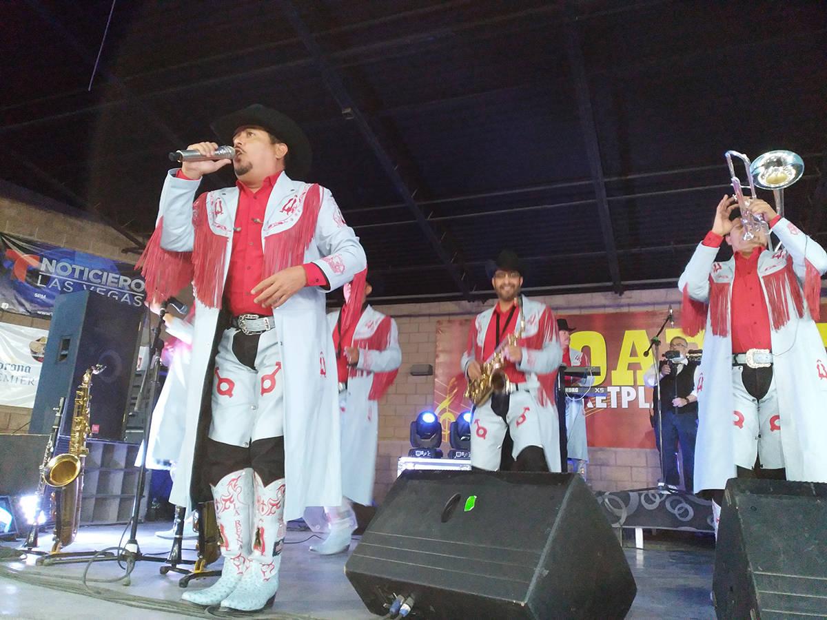 La banda macho llego interpretando temas de antaño que los lanzaron a la fama temas populares ...
