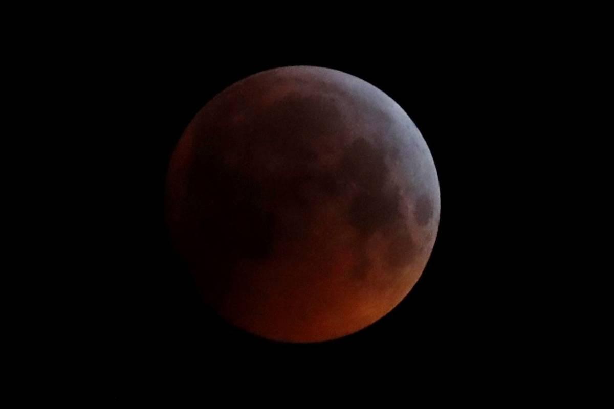 La sombra de la Tierra cae a través de la luna llena vista sobre Brighton, al sureste de Ingla ...