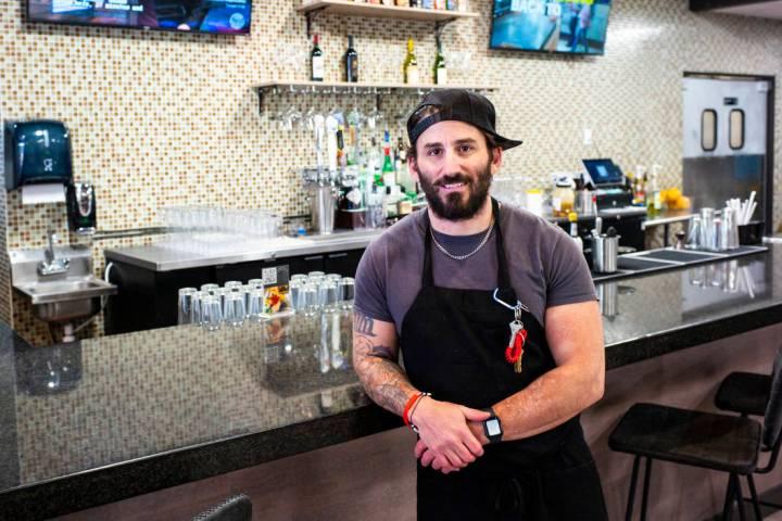 Matthew Meyer, propietario y chef de Served Global Cuisine, posa para un retrato en el nuevo es ...