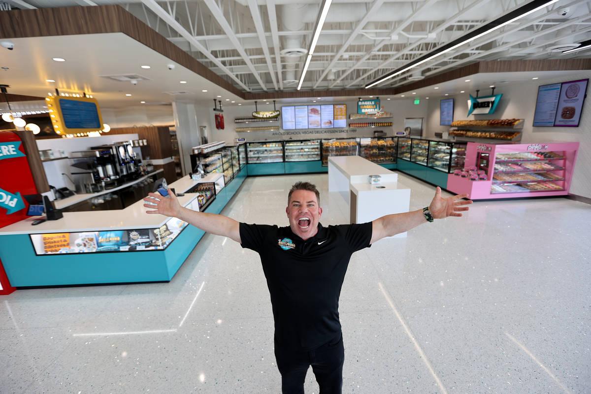 Stephen Siegel propietario de Siegel's Bagelmania en Convention Center Drive en Las Vegas el lu ...