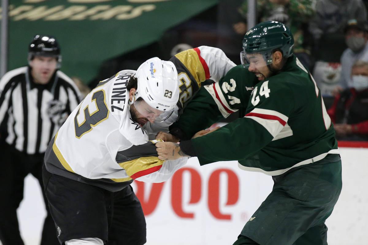 El defensa de los Minnesota Wild, Matt Dumba (24), y el defensa de los Vegas Golden Knights, Al ...