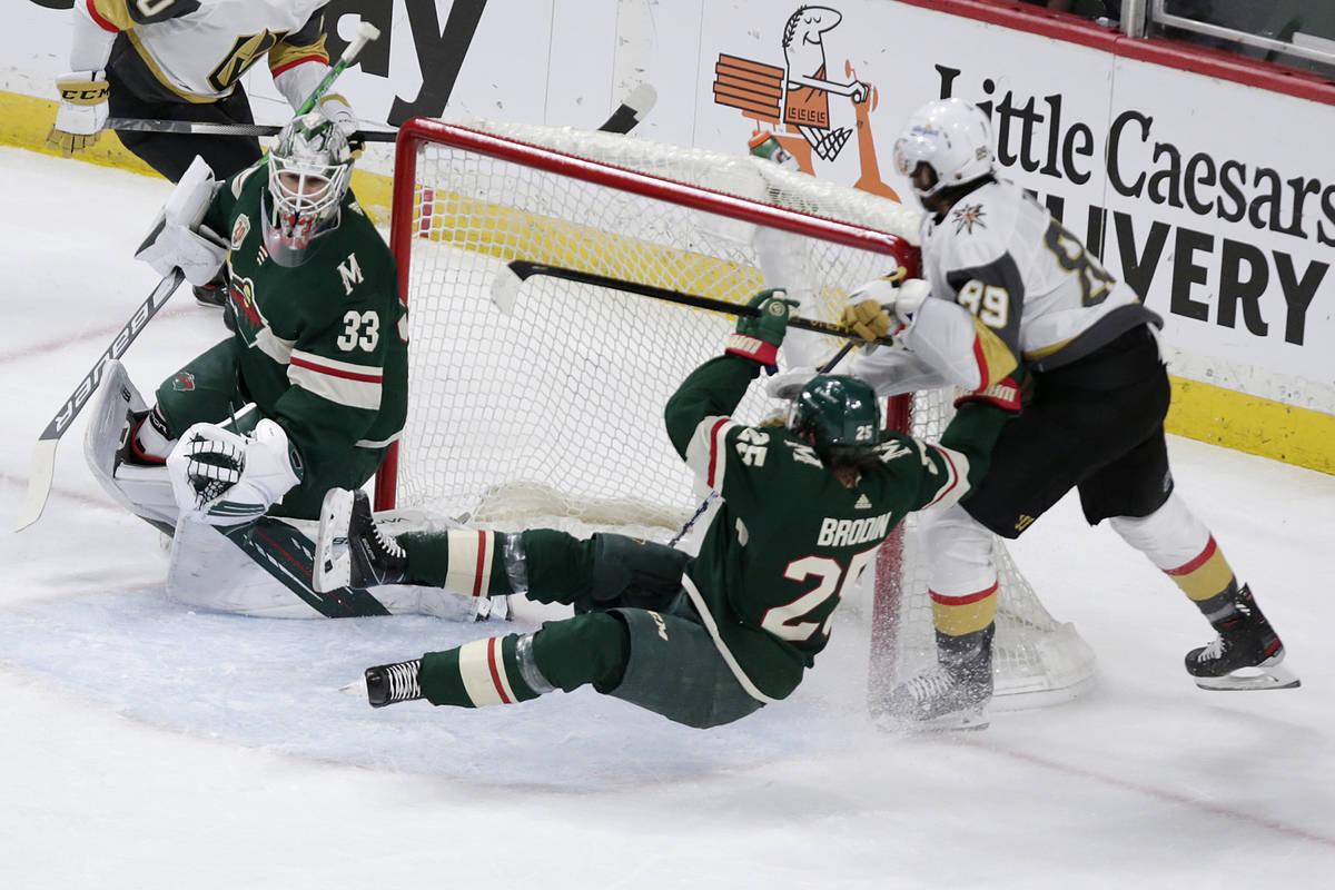 El defensa de los Minnesota Wild, Jonas Brodin (25), es golpeado por el ala derecha de los Vega ...
