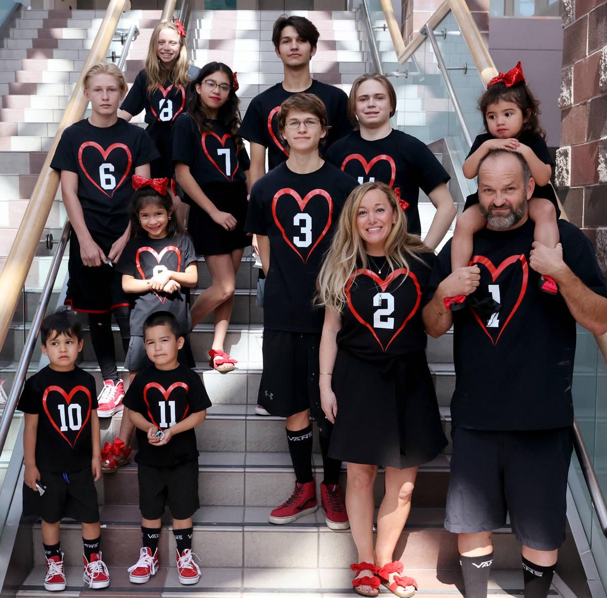 Heath y Aimee Hairr posan para fotos con sus hijos en el Tribunal Familiar del Condado Clark de ...