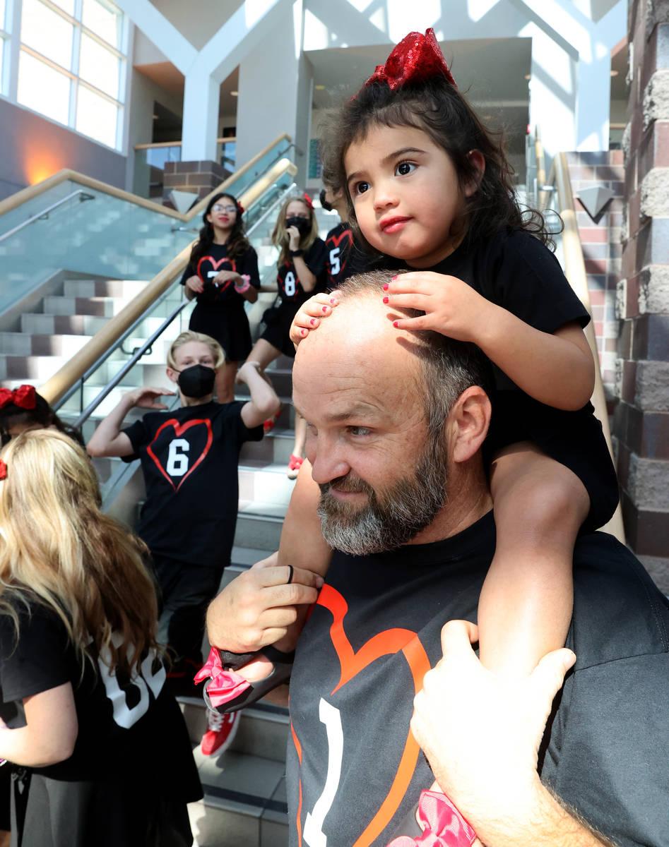 Joselyn Elizabeth Hairr, de 2 años, participa en los festejos sobre los hombros de su padre He ...