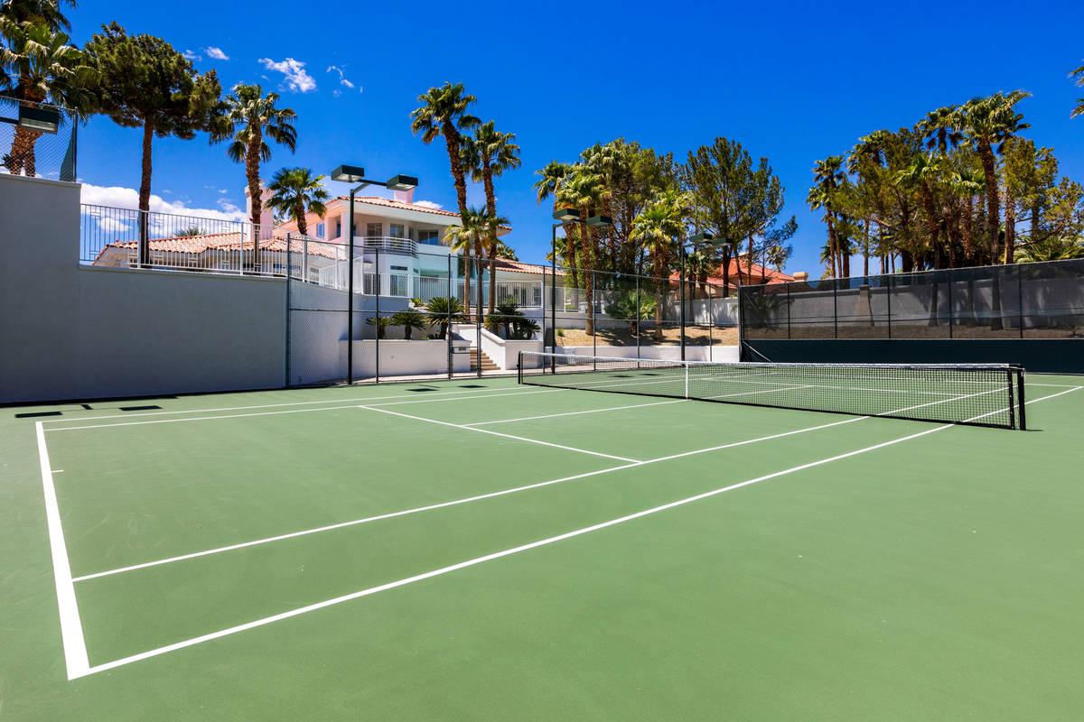 La cancha de tenis en 4944 Spanish Heights Drive. (Stetson Ybarra Photography)