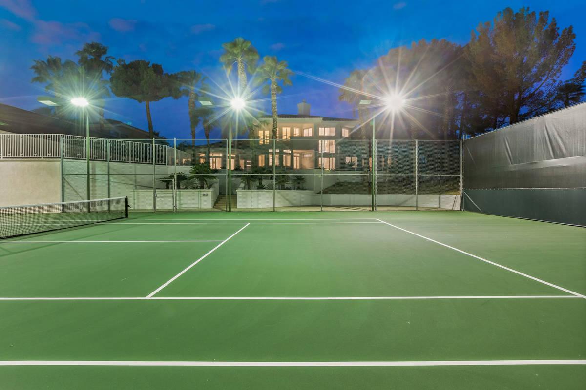 Una foto de la cancha de tenis de 4944 Spanish Heights Drive. (Stetson Ybarra Photography)