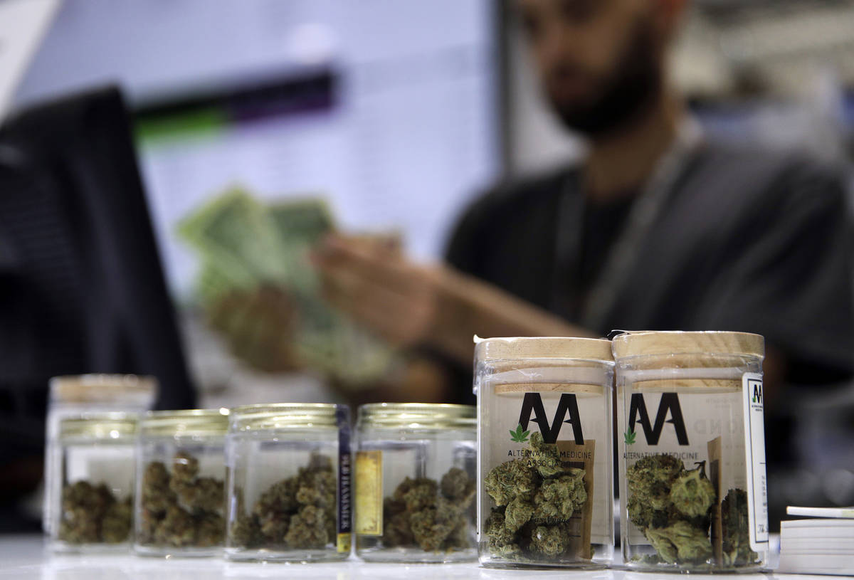 Una cajera registra una venta de marihuana en el dispensario de cannabis Essence en Las Vegas. ...