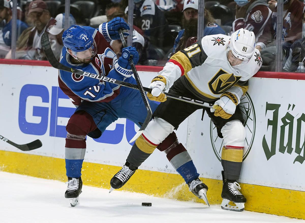 El ala derecha de los Colorado Avalanche, Joonas Donskoi (72), y el centro de los Vegas Golden ...