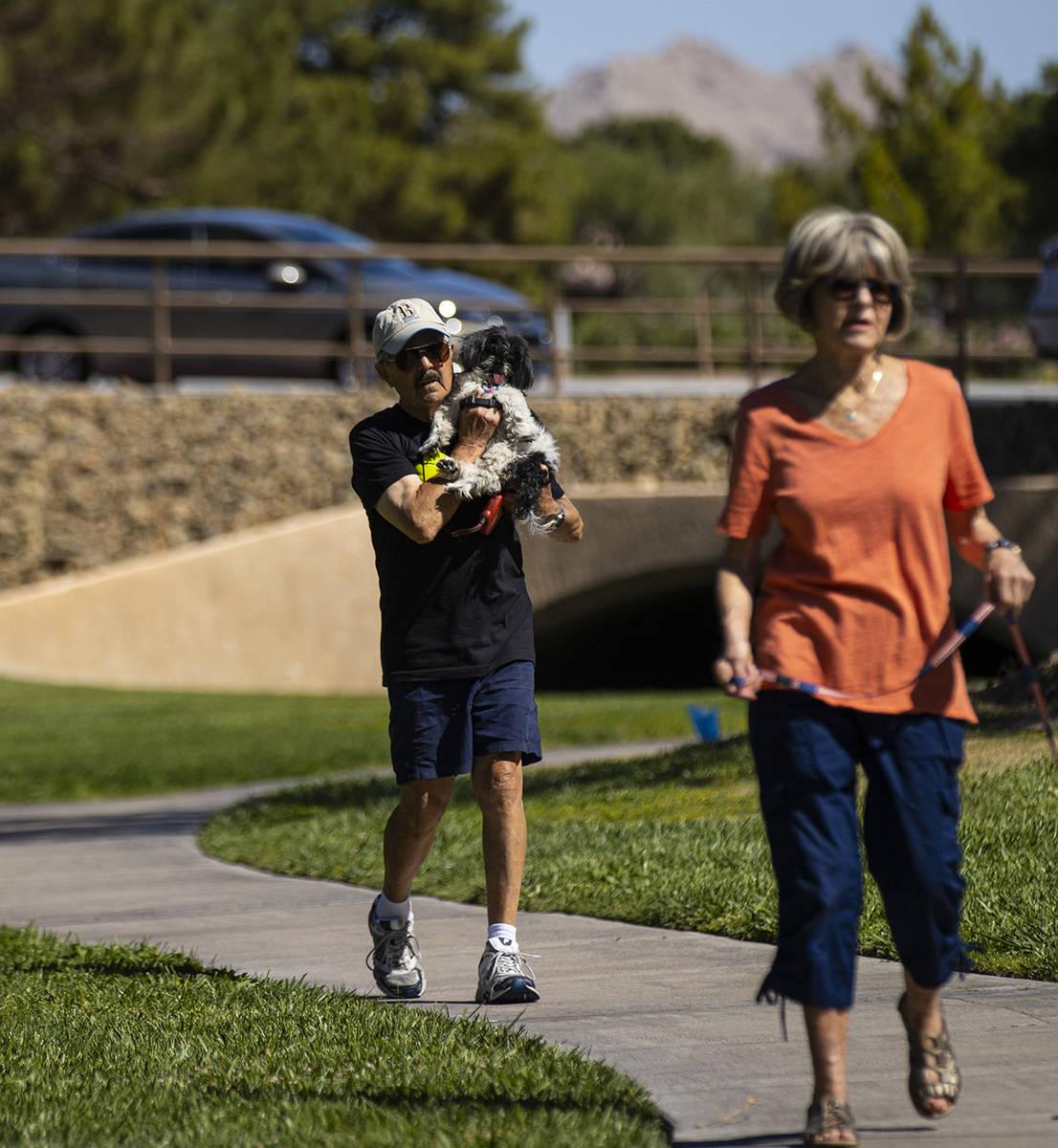 Phil Sardo pasea a su perro, Mei Mei, en Sun City Summerlin el viernes, 28 de mayo de 2021. (Ch ...
