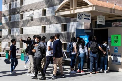 Los estudiantes ingresan a Global Community High School, el martes 18 de mayo de 2021, en Las V ...