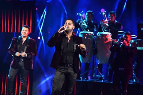 """Banda MS interpreta """"Mejor Me Alejo"""" en los Latin American Music Awards en el Dolby Theatre ..."""