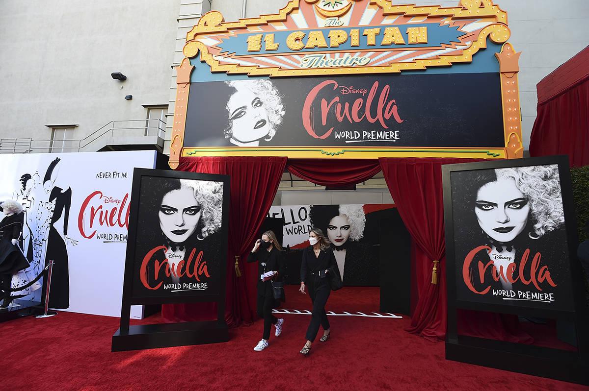 """El personal con máscaras aparece en la alfombra roja antes del estreno de """"Cruella"""" en el ..."""