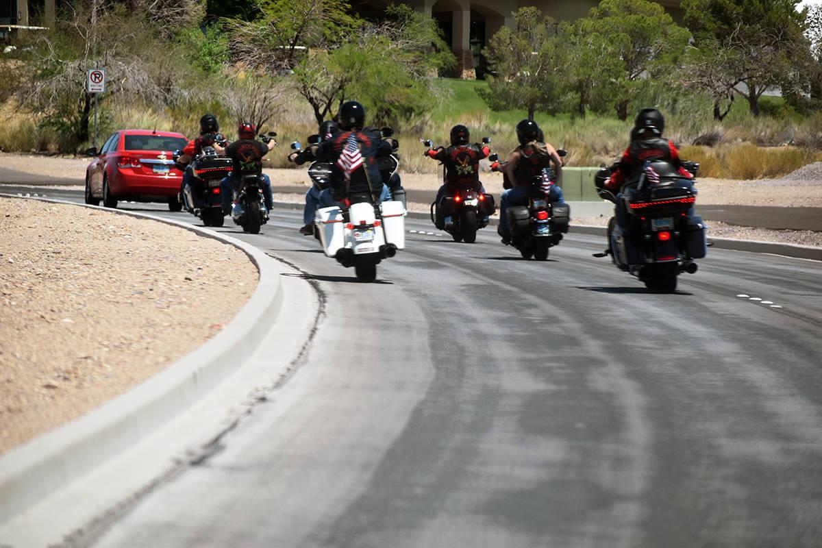 """Los motociclistas recorrieron desde el parque """"Veteran Memorial Park"""" hasta el cementerio d ..."""
