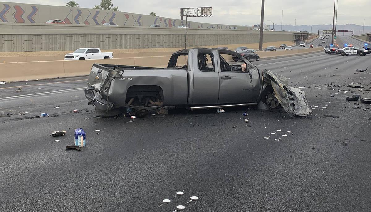 El conductor, de esta camioneta pick up Silverado color gris, que circulaba en sentido contrari ...