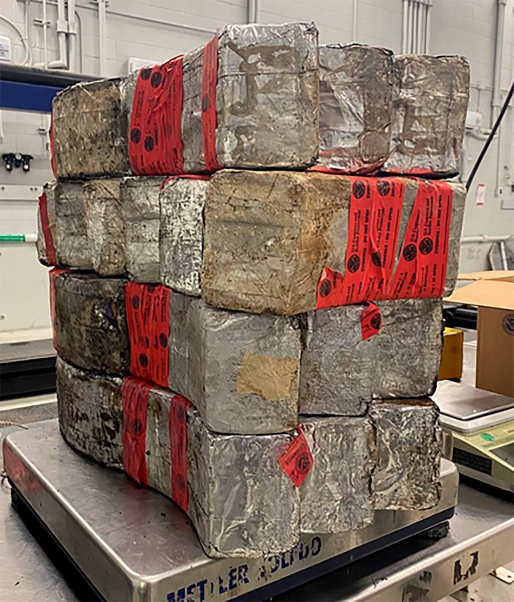 Esta foto muestra fardos de droga incautados que contienen 132 libras de metanfetamina en exhib ...