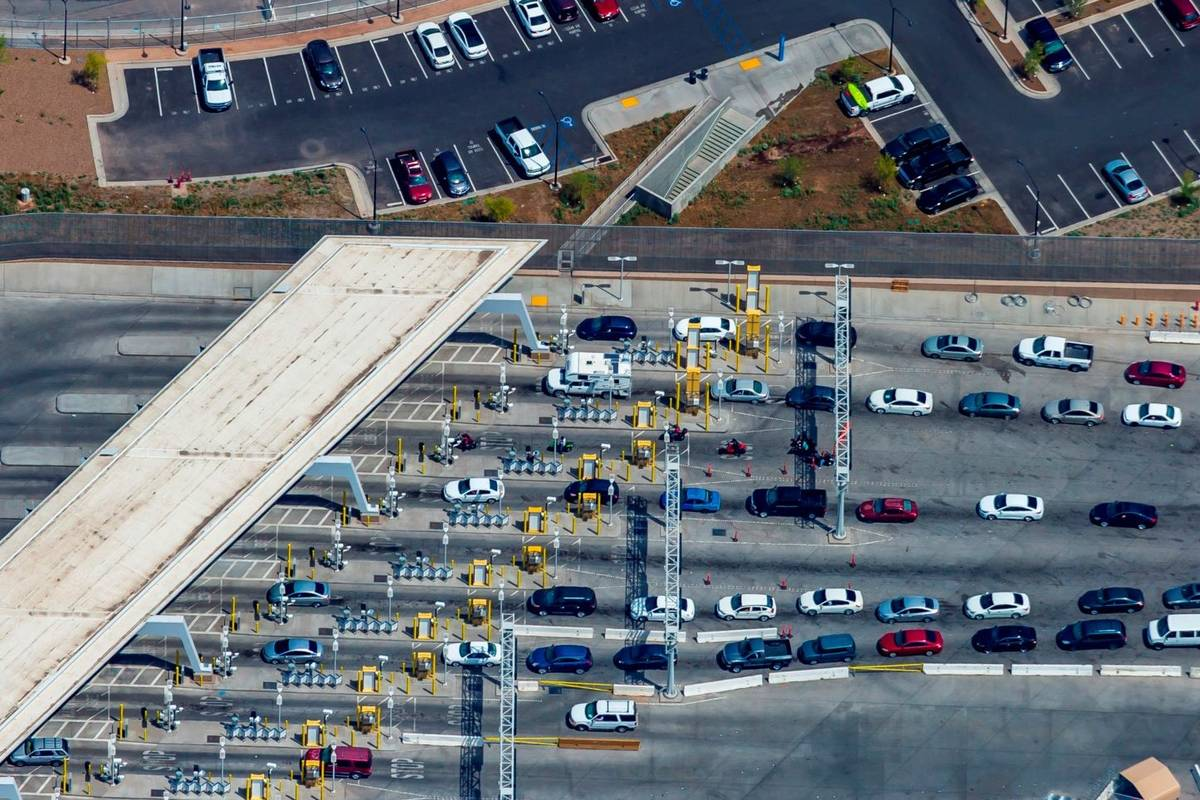 Esta foto de archivo del 2 de abril de 2019 muestra el puerto de entrada de Mexicali, México, ...