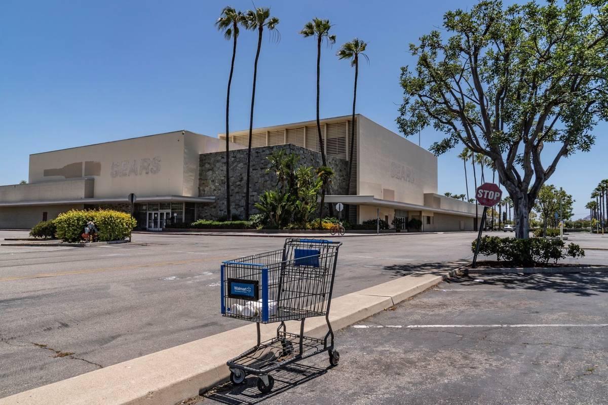Un Sears cerrado en el centro comercial Buena Park en Buena Park, California en mayo de 2021. ( ...