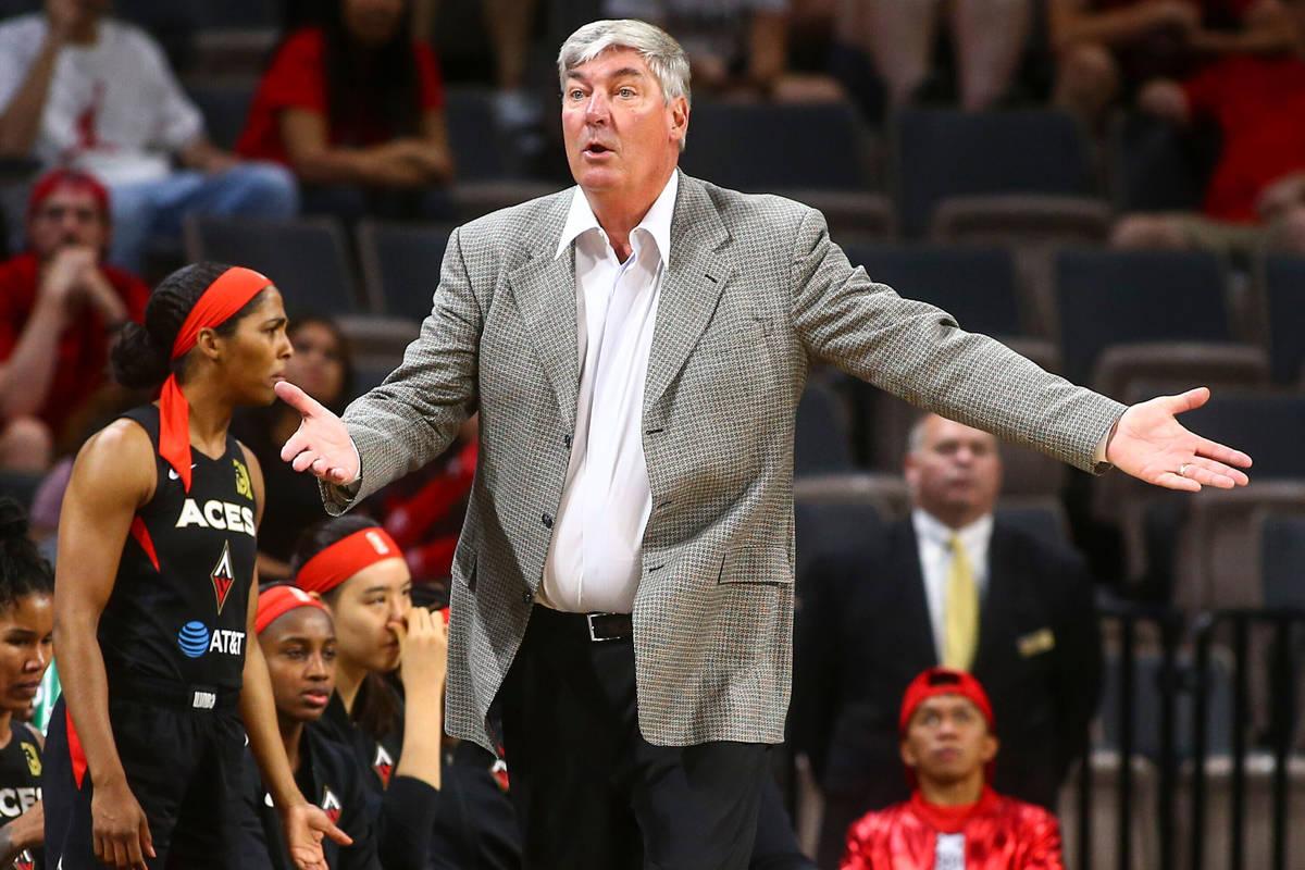 El entrenador de Las Vegas Aces, Bill Laimbeer, reacciona durante la segunda mitad de un partid ...