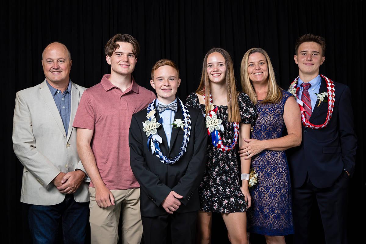 Padres y amigos de 18 estudiantes de octavo grado (en la foto), de la Escuela Internacional Hen ...