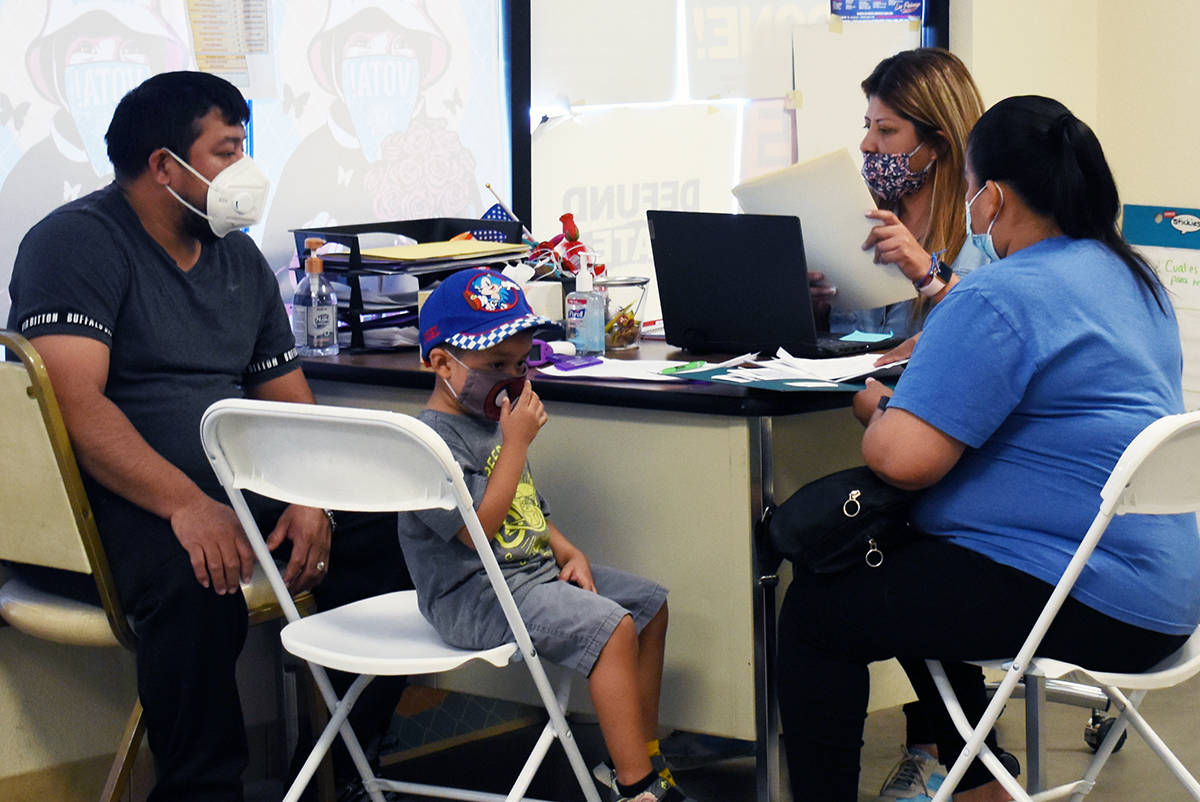 Familias visitan diariamente las oficinas de la organización para pedir ayuda u orientación. ...
