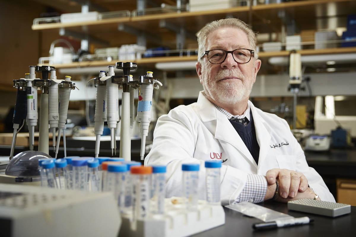 Jeffrey Ebersole, decano asociado de investigación de la Facultad de Medicina Dental de la UNL ...