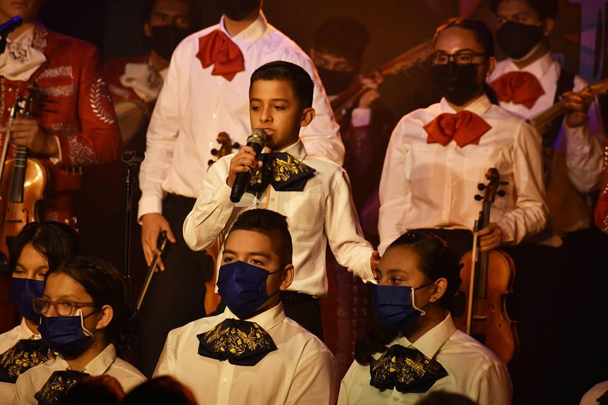 Los estudiantes del Mariachi Alas Doradas de Keller Middle School hicieron su debut en un event ...