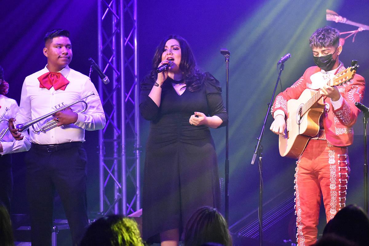 "La directora del Mariachi Alas Doradas, Miriam Vázquez, participó cantando ""Cariño"" al l ..."