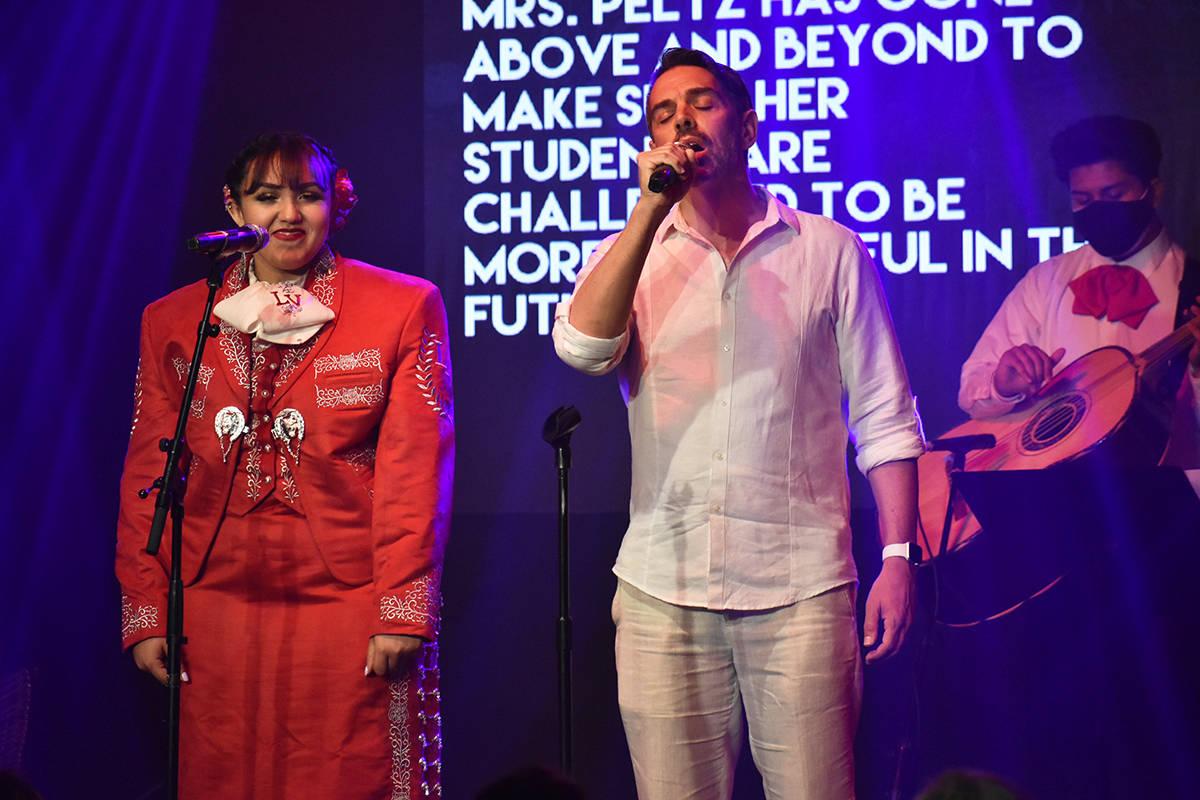 El subdirector de Las Vegas High School, Christopher Welch, subió al escenario para cantar al ...