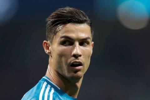 Cristiano Ronaldo de la Juventus de Turín observa hacia atrás, durante un partido de fútbol ...