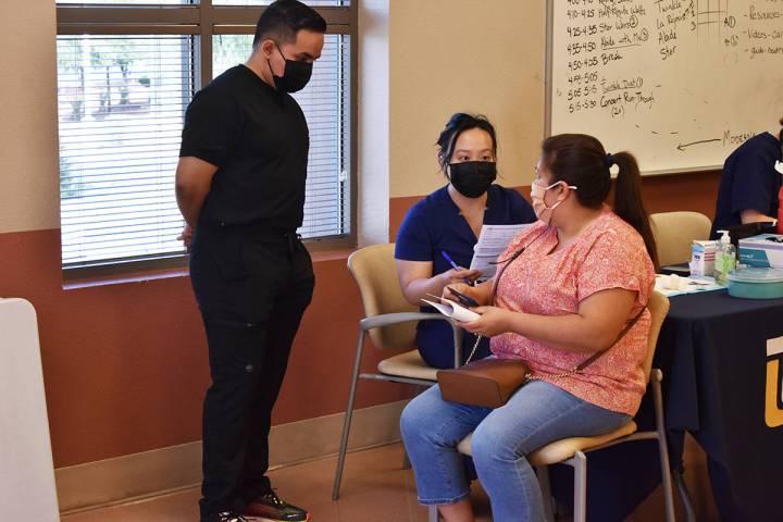 Estudiantes de la Universidad de Touro han trabajado en una clínica de vacunación contra COVI ...