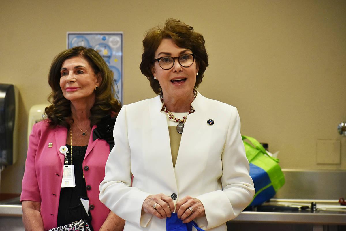 La senadora Jacky Rosen visitó una clínica de vacunación atendida por estudiantes de la Univ ...