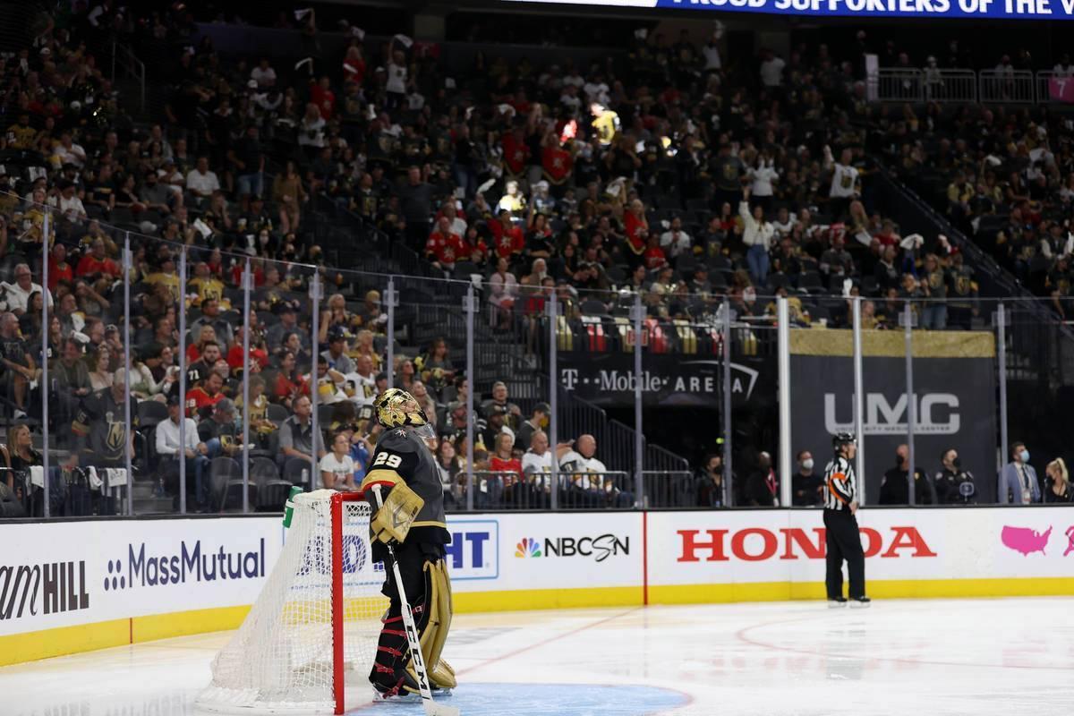 El portero de Vegas Golden Knights, Marc-Andre Fleury (29), observa la repetición de su salvam ...