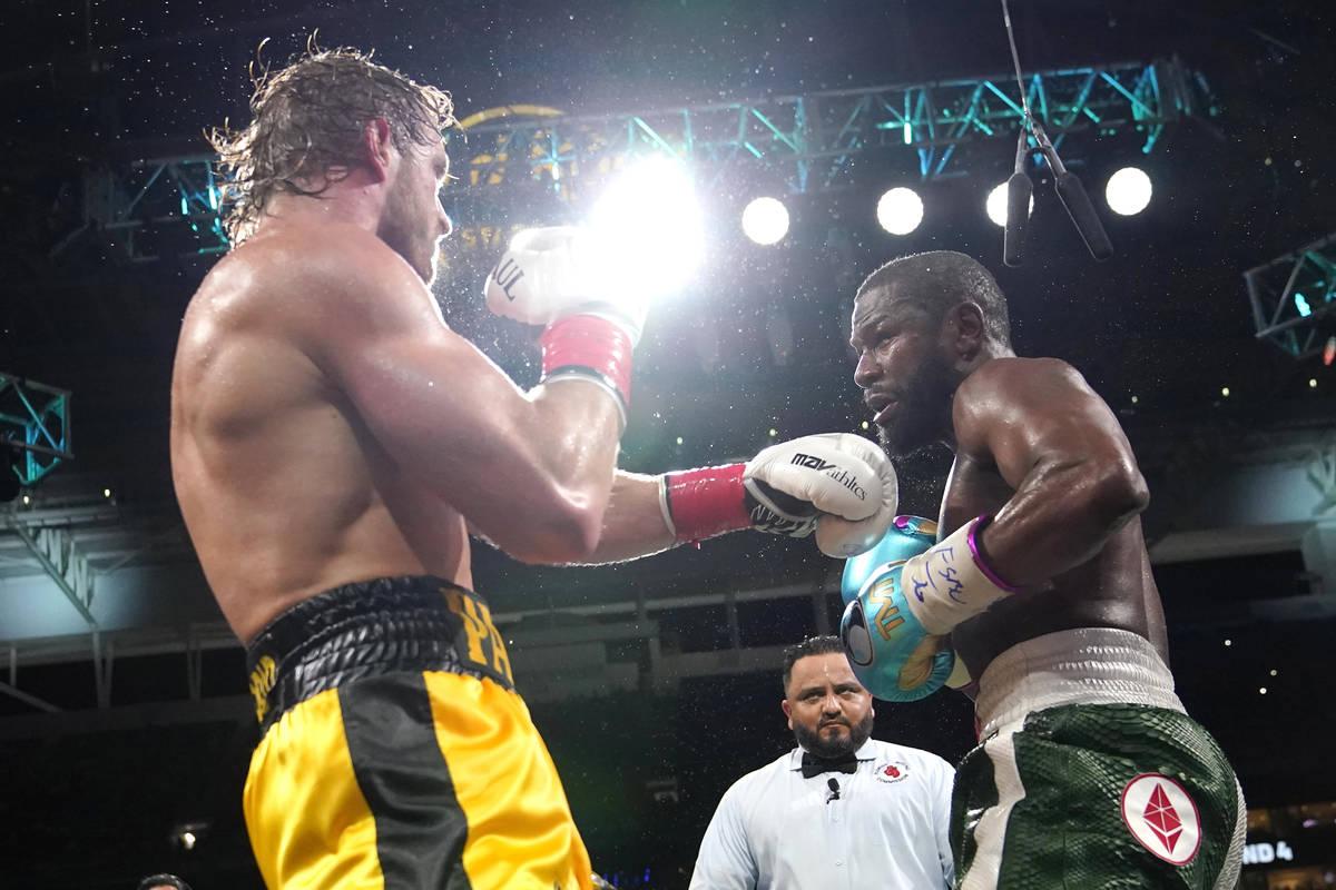 Logan Paul, a la izquierda, y Floyd Mayweather luchan durante un combate de boxeo de exhibició ...