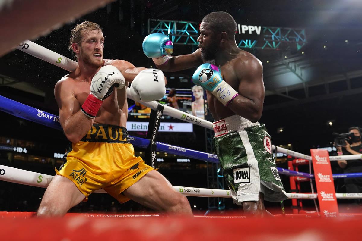 Floyd Mayweather, a la derecha, lanza un golpe a Logan Paul, a la izquierda, durante un combate ...