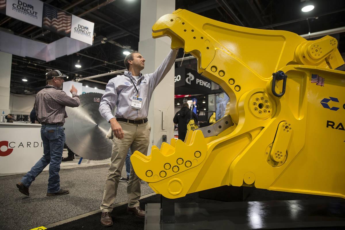 Jon Fodor, con Genesis Attachments, examina un martillo eléctrico pesado Genesis Razer durante ...