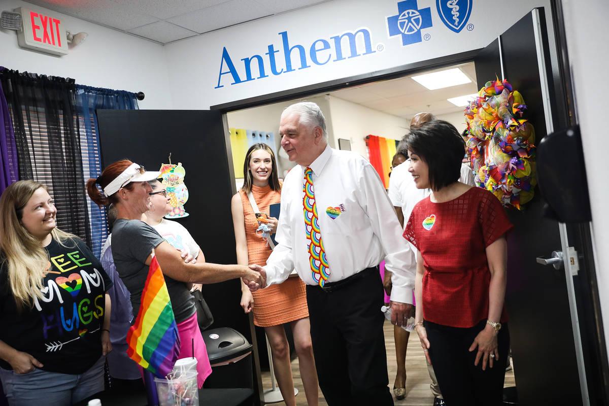 El gobernador Steve Sisolak saluda a los vendedores junto a su esposa Kathy Sisolak mientras re ...