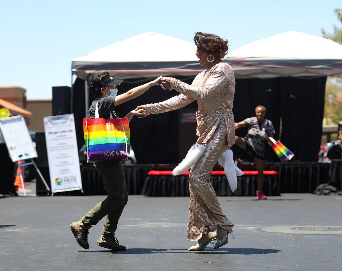 Anna Joy, a la izquierda, baila con Midori Ice, a la derecha, actual Miss Las Vegas Pride, en P ...