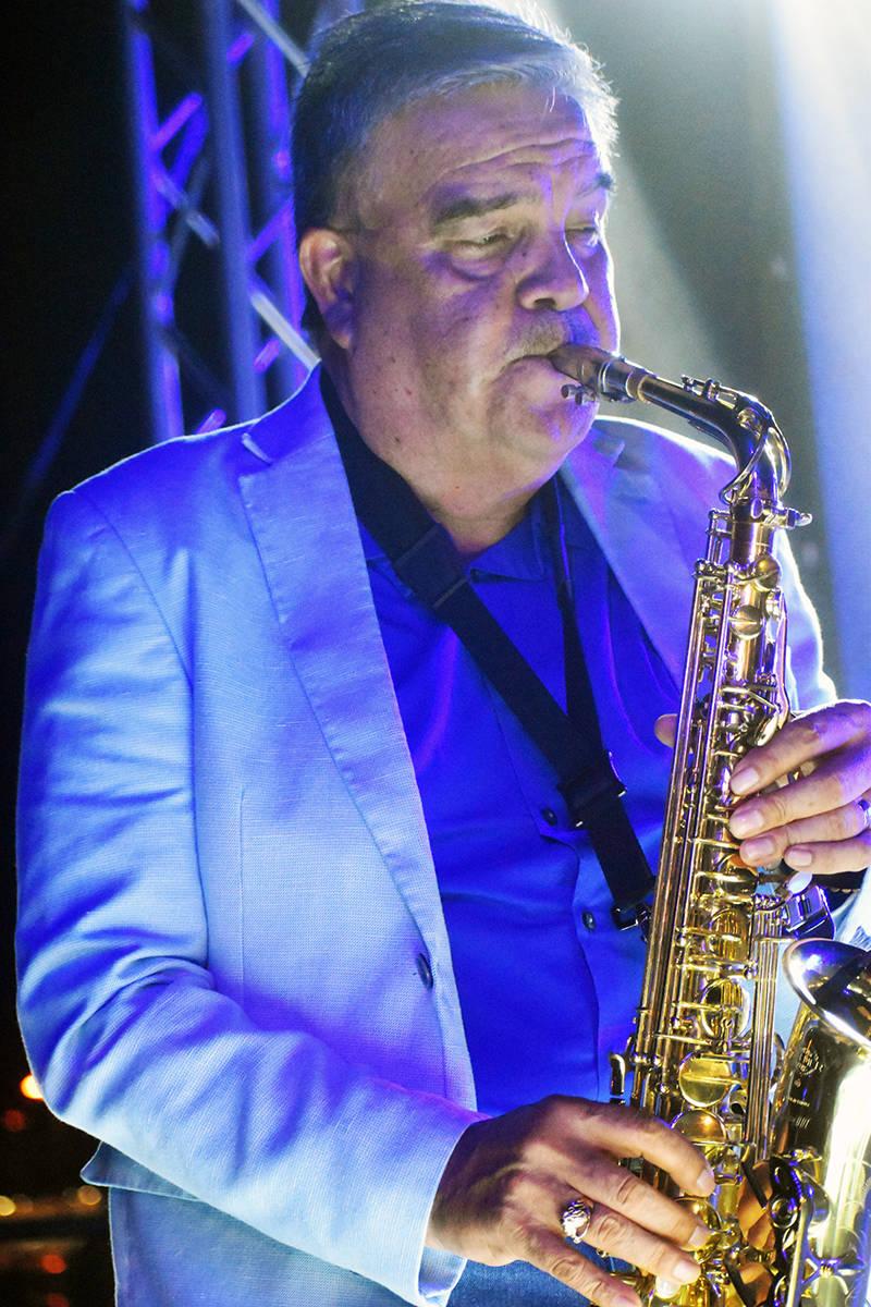 Tony Meléndez posee una voz incomparable. La experiencia que tiene cantando en el Conjunto Pri ...