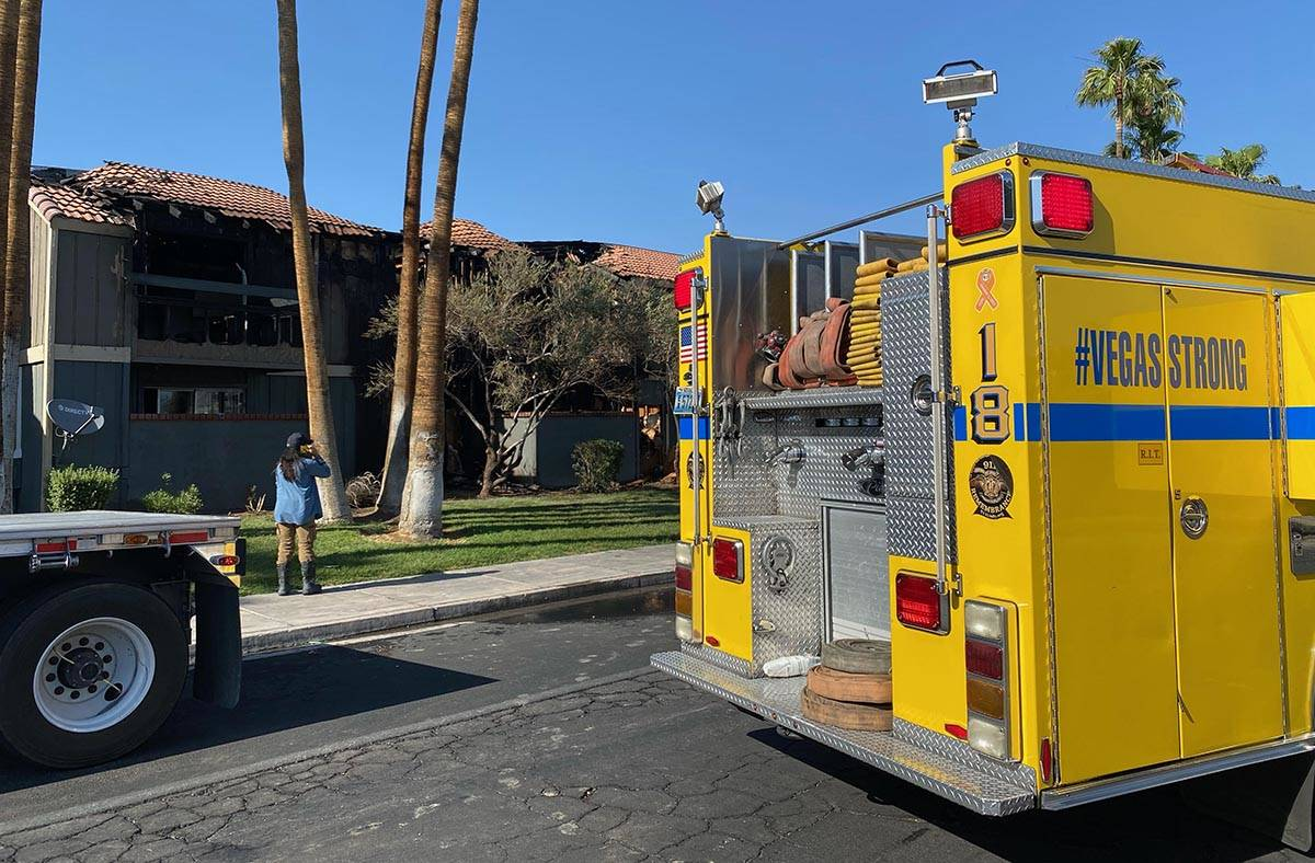 Se reportaron de varias evacuaciones ya que los bomberos del Condado Clark y de Las Vegas lucha ...