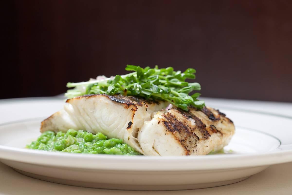 Halibut a la parrilla, parte del menú especial de Joe's Seafood, Prime Steak & Stone Crab. (Jo ...