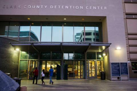 La gente camina fuera del Centro de Detención del Condado Clark en el centro de Las Vegas el m ...