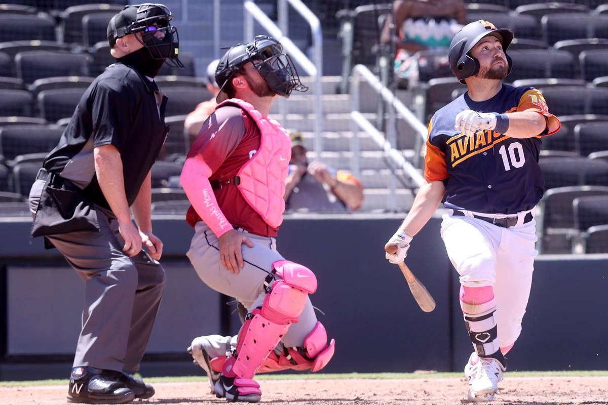 El segunda base de los Aviators, Nate Mondou, se pone unos calcetines rosas mientras observa un ...