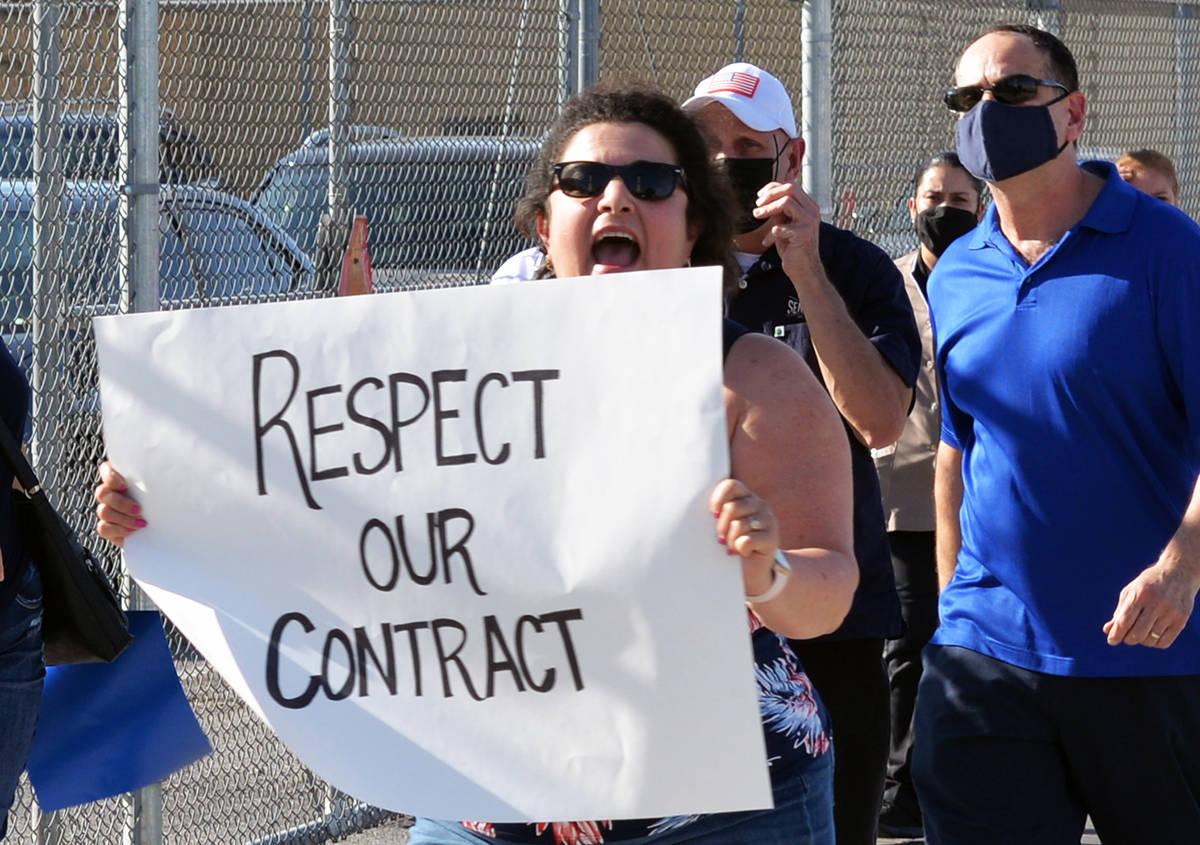 Un grupo de inconformes, afiliados al sindicato llevaron a cabo una manifestación en la sede d ...