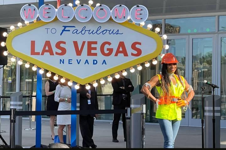 """La """"showgirl"""" de la construcción Delecia Dean de Las Vegas sonríe durante la ceremonia de a ..."""